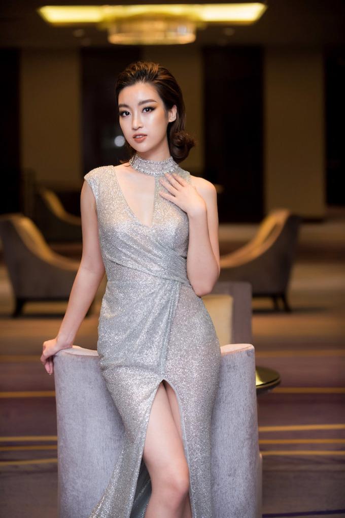 <p> Lối make up tông nude trầm khá tây cùng layout tóc chải tém cá tính, Mỹ Linh được chú ý ở sự kiện.</p>