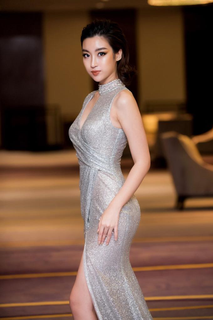 <p> Người đẹp xuất hiện nổi bật trong trang phục dạ hội ánh bạc của NTK Đỗ Long, khoe đôi chân dài gợi cảm. Mỹ Linh khéo léo kết hợp bộ trang phục với chiếc giày ánh bạc để tone sur tone.</p>