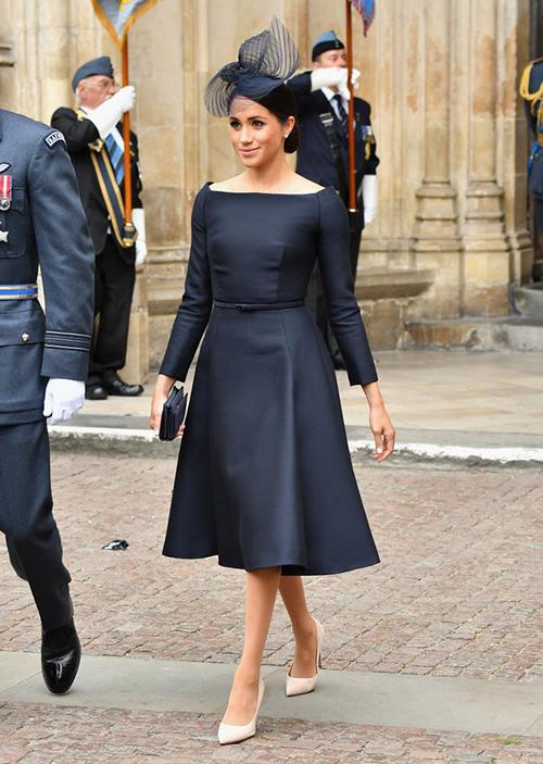 Chiếc váy tím than cổ thuyền này được bình chọn là một trong những bộ cánh đẹp nhất của Meghan từ khi thành Công nương. Tuy nhiên nó vẫn mắc lỗi thời trang cơ bản là giày và túi xách có hai tông màu hoàn toàn khác nhau.