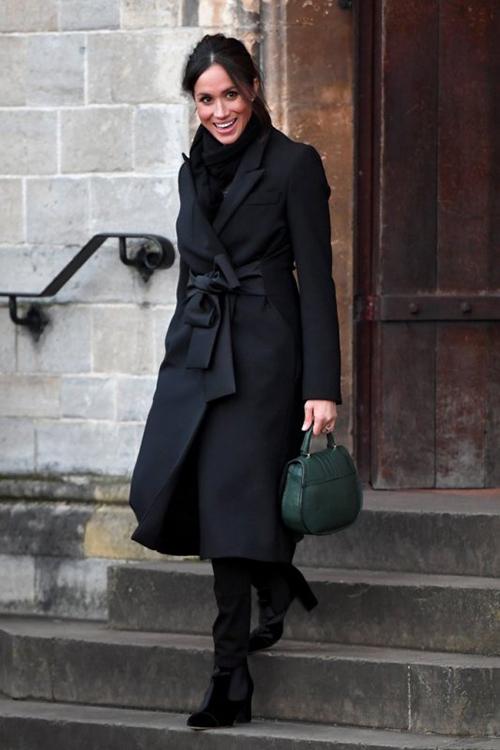 Luật bất thành văn mà Nữ hoàng hay Công nương Kate Middleton đều phải tuân thủ đó là giày và túi xách phải luôn luôn đồng màu, bất kể trang phục trên người có rực rỡ đến thế nào. Trong một lần ra phố, cô đi boots đen nhưng lại kết hợp cùng túi xách màu xanh rêu.