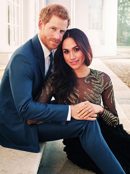 Ngay từ thời điểm mới chụp hình đính hôn với Hoàng tử Harry, Meghan đã thể hiện là một cô dâu nổi loạn khi diện chiếc váy xuyên thấu mỏng manh để khoe vẻ gợi cảm.