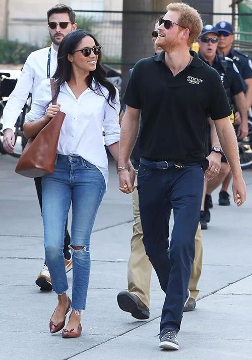 Nhắc đến Hoàng gia Anh, người ta sẽ nghĩ đến ngay những bộ đầm cocktail dài quá gối, những bộ suit sang trọng... tuy nhiên đó là khi chưa có Meghan bước chân vào. Cựu diễn viên người Mỹ từng gây sốc khi diện quần jeans cắt xẻ ở đầu gối và ống quầnrất bụi bặm khi ra phố.