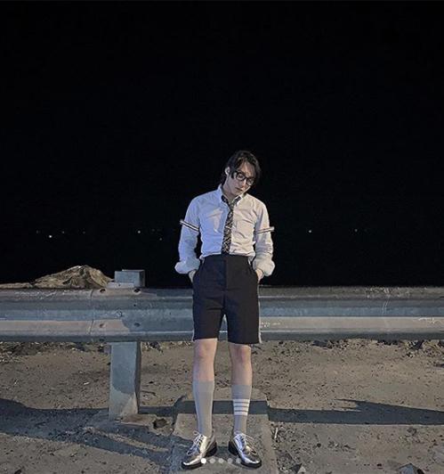 Sơn Tùng ra biển nhưng diện sơ mi cắm thùng, đi tất cổ cao như chuẩn bị nhập học trường nam sinh.