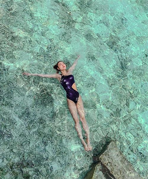 Nhờ góc chụp ảo diệu, Minh Hằng bất ngờ có đôi chân dài chẳng kém các siêu mẫu trong bức ảnh thả trôi trên biển.