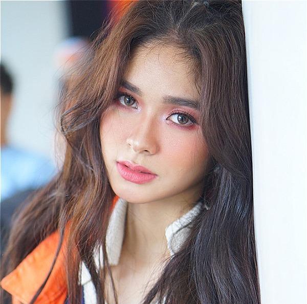 Loisa Andalio (19 tuổi) là một trong những gương mặt đình đám giới trẻ ở đất nước Philippines. Danh tiếng của hot girl phủ sóng khắp mạng xã hội nước này khi tham gia ca hát, đóng phim và dẫn chương trình. Cô nàng sở hữu 3,7 triệu lượt theo dõi ở trang cá nhân, không thua kém bất cứ ngôi sao Philippines nào.