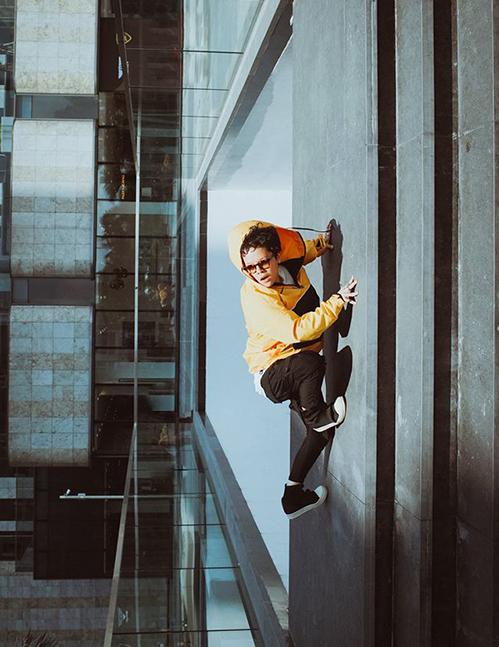 Muốn leo tường như siêu nhân, Tiên Tiên chọn cách đơn giản nhất là chụp hình nằm ngang sau đó... xoay dọc ảnhlại.