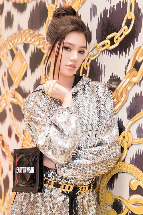 Hoa hậu Jolie Nguyễn lên cây đồ chất chơi đúng chuẩn con nhà giàu.