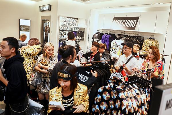 Hơn 100 khách mời VIP không ngại chen lấn, giành giật để sở hữu những món đồ đẹp nhất BST.