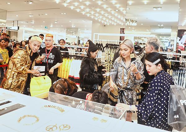 Cũng như các fashionista khắp thế giới, sao Việt cũng rần rần với sự kiệnđặc biệt này. Nối tiếp những bộ sưu tập bắt tay cùng những thương hiệu cao cấp ra mắt hàng năm, sự kết hợp giữa H&M và Moschino mang đến những mẫu thiết kế đầy phá cách, nổi loạn nhưng cũng khá dễ mặc.