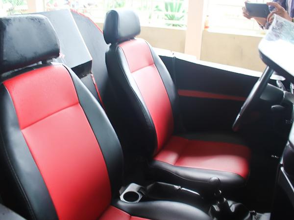 Nội thất bên trong cũng được thay da đổi thịt toàn bộ, từ vô-lăng, cần số, bộ điều khiển, ghế ngồi cũng được bọc da mới với hai màu đỏ đen tạo cảm giác mạnh mẽ khi ngồi sau tay lái.