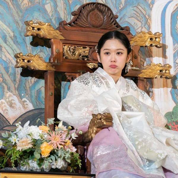 Jang Na Ra vẫn trẻ trung khi vào vai hoàng hậu trong phim.
