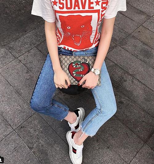 Kỳ Duyên thậm chí còn chơi trội với quần jeans hai bên ống quần là hai màu khác nhau. Kiểu mặc đồ kỳ lạ này hẳn sẽ khiến nhiều cô gái phải lắc đầu, không thể nào chinh phục.