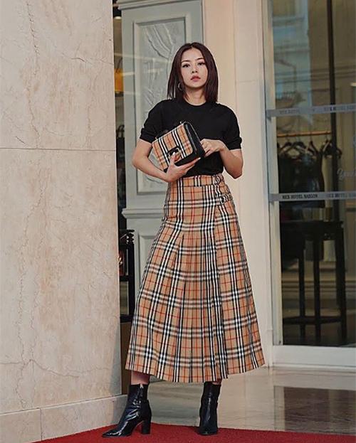 Trước Khả Ngân, Chi Pu là sao Việt đầu tiên sắm chân váy in họa tiết kẻ kinh điển của Burberry. Cô nàng kết hợp với túi xách tông xuyệt tông. Bên cạnh Gucci, Fendi thì Burberry cũng là thương hiệu đang được các sao Việt đặc biệt ưa chuộng mùa thu đông năm nay.