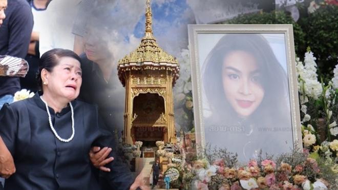 <p> Tờ <em>Siamdara </em>đưa tin 16h30 chiều 8/11, tại một ngôi chùa ở Khlong Luang, tỉnh Pathem Thani, buổi lễ hỏa táng Á hậu Hoàn vũ Thái Lan 2005 - Nursara Suknamai đã diễn ra. Mẹ Á hậu - bàSutthip Sukkird - khóc ngất trong tang lễ con gái.</p>
