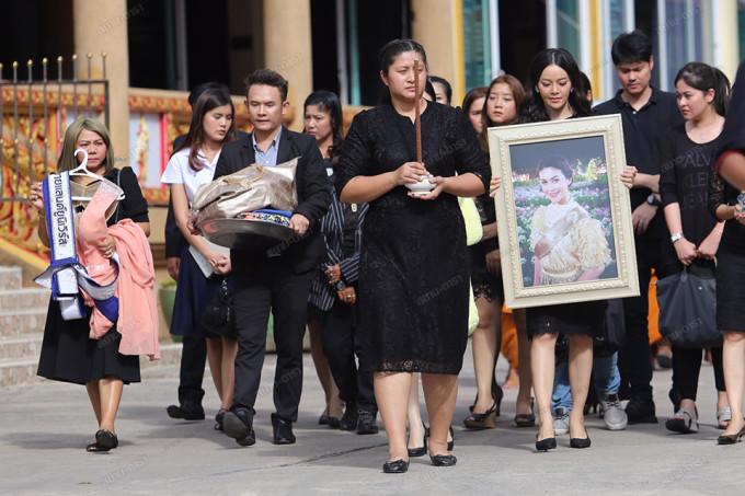 <p> Rất đông người thân, bạn bè, lãnh đạo địa phương xuất hiện trong dòng người đưa tiễn. Pathum Thani - Phó tỉnh trưởng là người chủ trì lễ cầu nguyện cho Á hậu xấu số.</p>