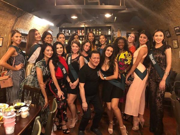 Ông Cruz chụp hình thân thiết bên dàn người đẹp Miss Earth 2018.