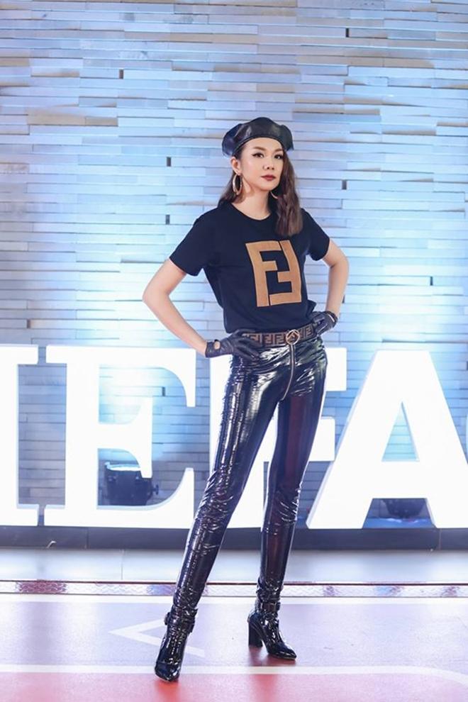 <p> Thanh Hằng cá tính, quyền lực trên ghế giám khảo khi diện áo thun của Fendi có giá gần 18 triệu đồng cùng quần da bóng. Phụ kiện găng tay, boots và mũ nồi chất liệu da ăn nhập, tạo sự đồng điệu cho tổng thể.</p>