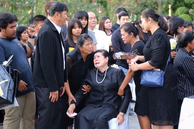<p> Lãnh đạo đài truyền hình CH7 - nơi Á hậu Nursara từng làm MC cũng đến chia buồn với thân nhân gia đình. Họ đều bày tỏ sự bàng hoàng khi nghe tin Á hậu qua đời.</p>