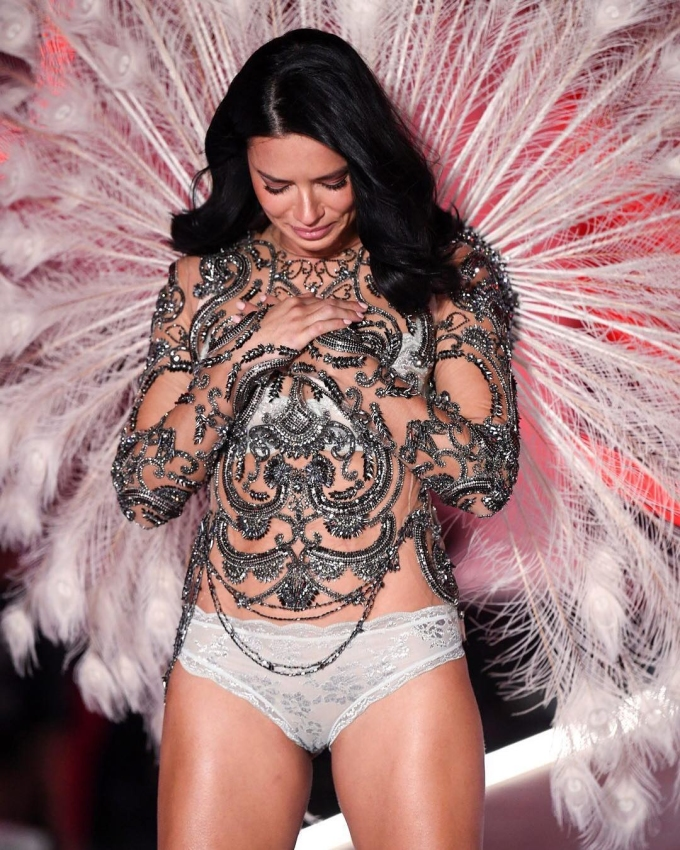 <p> Adriana Lima bật khóc khi kết show. Đây cũng là bộ outfit cuối cùng trong chặng đường đồng hành cùng Victoria's Secret 2 thập kỷ qua.</p>