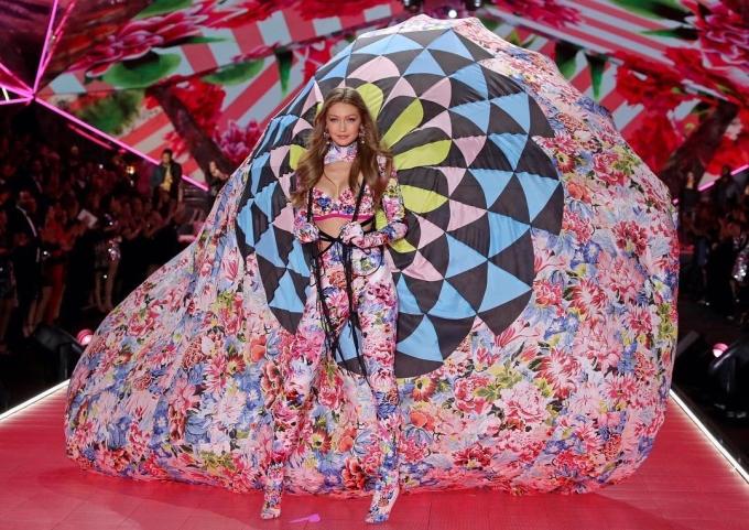 """<p> Gigi Hadid và đôi cánh """"khủng"""" trong segment Victoria's Secret kết hợp với thương hiệu Mary Katrantzou.</p>"""
