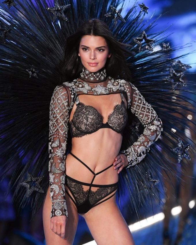 <p> Kendall Jenner trong segment <em>Celestial Angels</em>. Có thể thấy rằng năm nay kỹ năng pose hình của cô nàng đã bớt đơ hơn những năm trước<em>.</em></p>