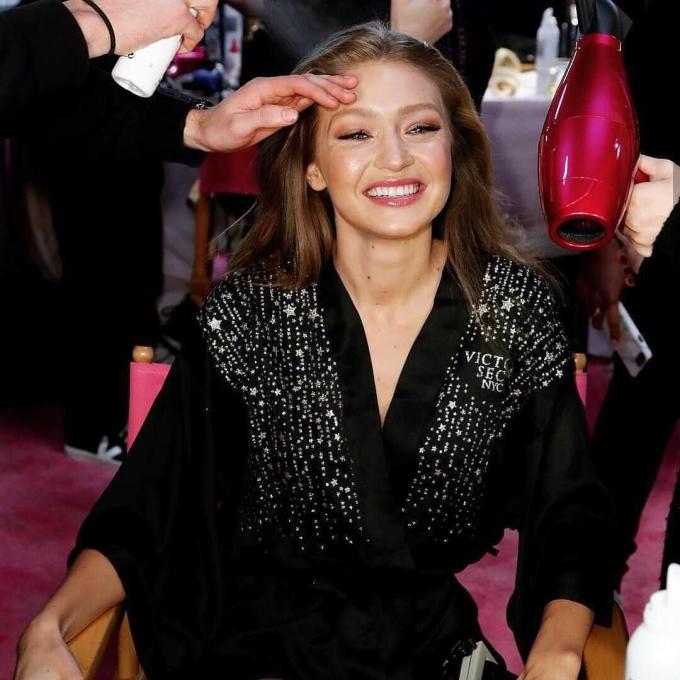 <p> ... và cô chị Gigi Hadid luôn hút sự quan tâm của ống kính phóng viên tại hậu trường.</p>