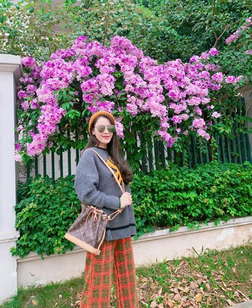 Quế Vân mặc cây đồ nhí nhảnh như teen girl ra phố.