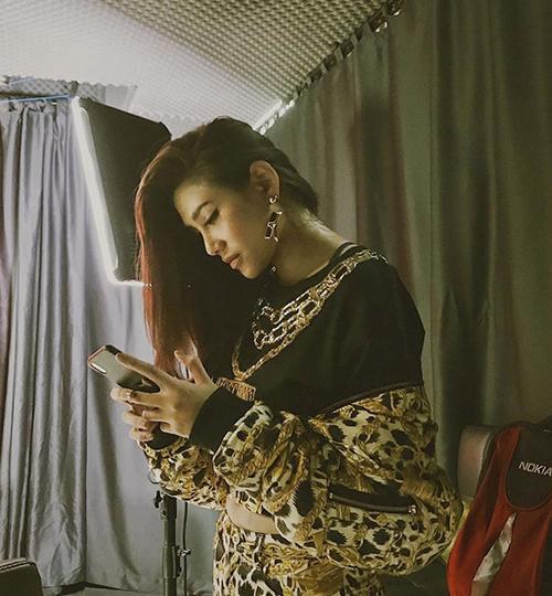 Võ Hoàng Yến diện cả cây đồ H&M x Moschino siêu cool ngầu mới tậu đi quay hình.
