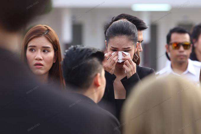 <p> Một người bạn thân của Á hậu vẫn chưa tin cô đã ra đi mãi mãi. Cô khóc nức nở suốt buổi hỏa táng và cầu nguyện cho người bạn xấu số.</p>