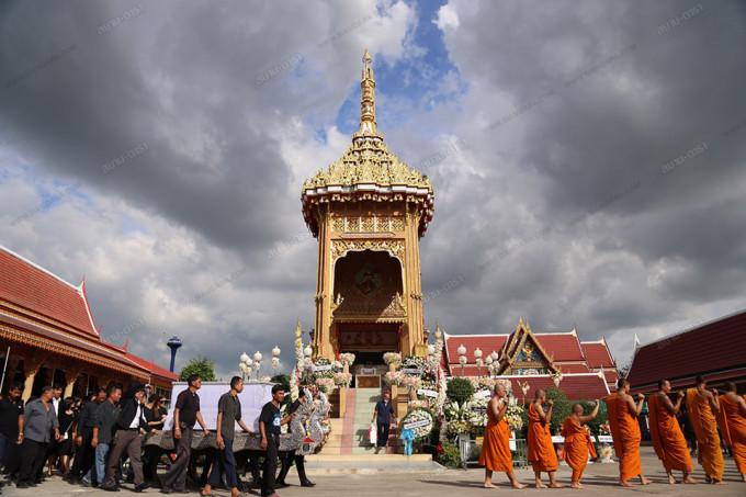 <p> Các tăng sư cầu nguyện bên ngoài ngôi chùa làm lễ hỏa táng cho á hậu 33 tuổi.</p>