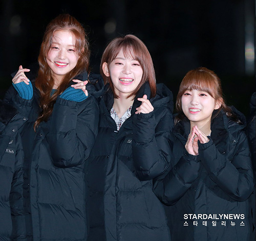 Các cô gái của IZONE tươi tắn khi tạo dáng trước phóng viên. Jang Won Young, Sakura và Nako có chiều cao chênh lệch, khi đứng cạnh nhau tạo thành một đường dốc hài hước.