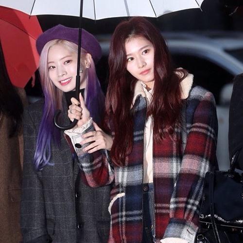 Sana và Da Hyun chia sẻ chung chiếc ô khi đến đài truyền hình. Da Hyun chọn phụ kiện trùng với màu tóc ombre tím nổi bật.