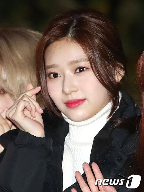 Kim Min Ju gây ấn tượng với làn da trắng mịn trong ảnh chụp cận mặt.