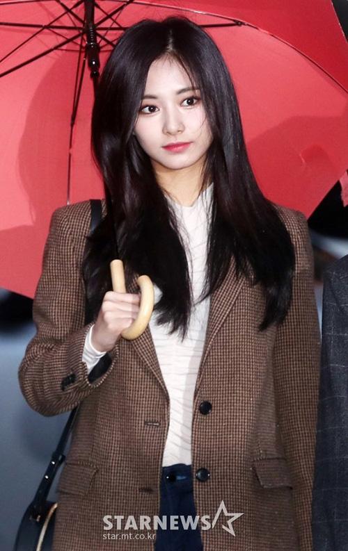 Sáng ngày 9/11, Twice có mặt ở Music Bank để tổng duyệt cho chương trình Music Bank. Tzuyu đang ở thời kỳ đỉnh cao nhan sắc với mái tóc đen bí ẩn. Cô nàng liên tục gây sốt khi tham gia các sự kiện gần đây.