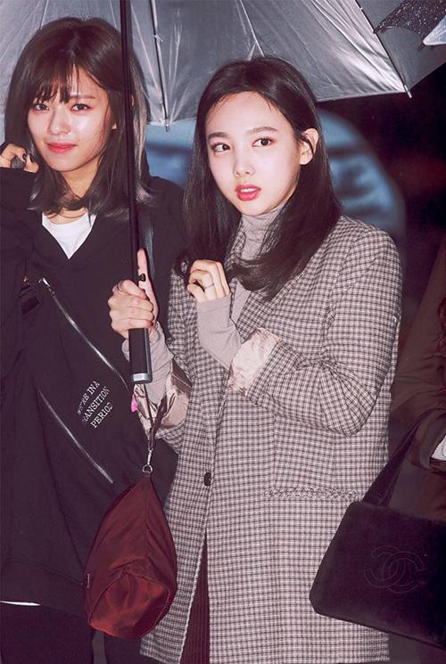 Cặp bạn thân Na Yeon, Jeong Yeon đi cùng nhau. MặtNa Yeon (áo khoác kẻ) bị sưng khi phải dậy lúc sáng sớm.