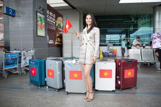<p> Đại diện Việt Nam mang theo 8 kiện hành lý với 150kg để chuẩn bị cho cuộc thi. Từ những ngày trước, cô đã hoàn tất việc học giao tiếp, ngoại ngữ và thử đồ cùng các NTK.</p>