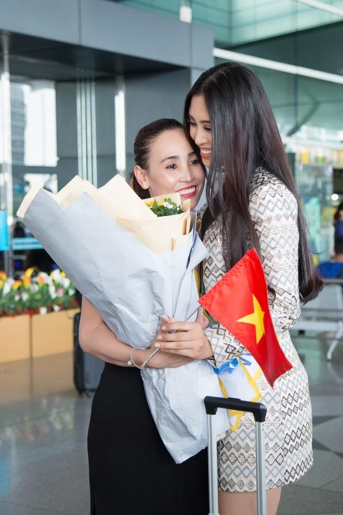 <p> Gia đình, đặc biệt là mẹ đã từ Quảng Nam bay vào Sài Gòn để tiễn con gái lên đường đi thi. Hai mẹ con ôm nhau đầy xúc động, căn dặn nhiều điều.</p>