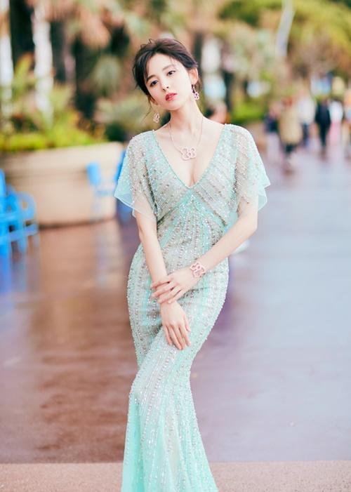 Cổ Lực Na Trát cao 1,72m nhưng chỉ nặng khoảng 50kg. Người đẹp cũng đến từ Tân Cương này được khen ngợi vừa   có diện mạo xinh đẹp vừa có thân hình mảnh mai chuẩn mẫu. Cô từng giành giải trong một cuộc thi tìm kiếm người mẫu và tham gia sàn catwalk trước khi chuyển nghề diễn viên.