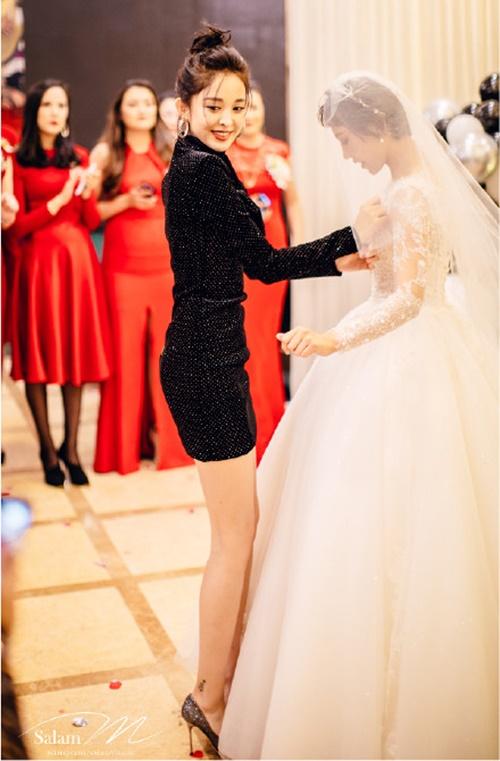 Trong đám cưới chị gái diễn ra đầu tháng 10, Cổ Lực Na Trát gây sốt vì thân hình không mỡ thừa trong chiếc váy bó sát.