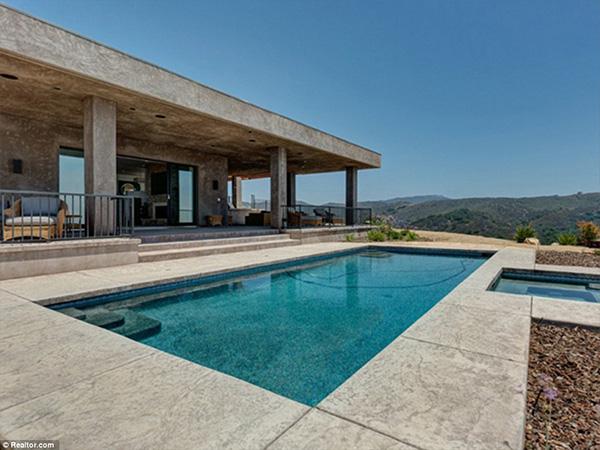 Phía ngoài biệt thự có bể bơi lớn với view tuyệt đẹp.