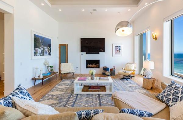 Nhà thiết kế nội thất James Hernandez đã thiết kế căn biệt thự này nhiều năm trước đó. Khi Caitlyn chuyển đến, bà vẫn giữ nguyên thiết kế của ngôi nhà. Hernandez cũng tiết lộ rằng ngôi nhà nằm trên ngọn đồi Malibu là một địa điểm hoàn hảo cho Caitlyn trong quá trình chuyển giới.