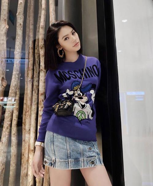 Jolie Nguyễn theo tuyên ngôn Thời trang đánh chết thời tiết nên chịu khó mặc áo len mới sắm giữa trời Sài Gòn 40 độ.