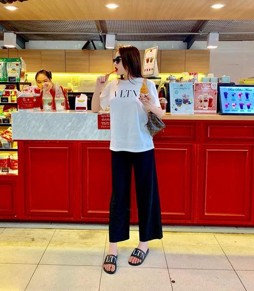 Kỳ Duyên diện cây đồ trông rất đơn giản khi đi ăn kem nhưng thực chất là hàng hiệu từ đầu đến chân.