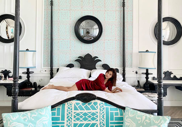 Hoàng Yến Chibi chứng minh không cần chân dài mới gợi cảm với bức ảnh thả dáng trong resort 5 sao.