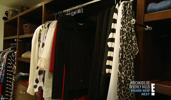 Trên chương trình Keeping Up With The Kardashians, Caitlyn Jenner từng khoe tủ đồ khổng lồ chứa vô số bộ váy đắt tiền.
