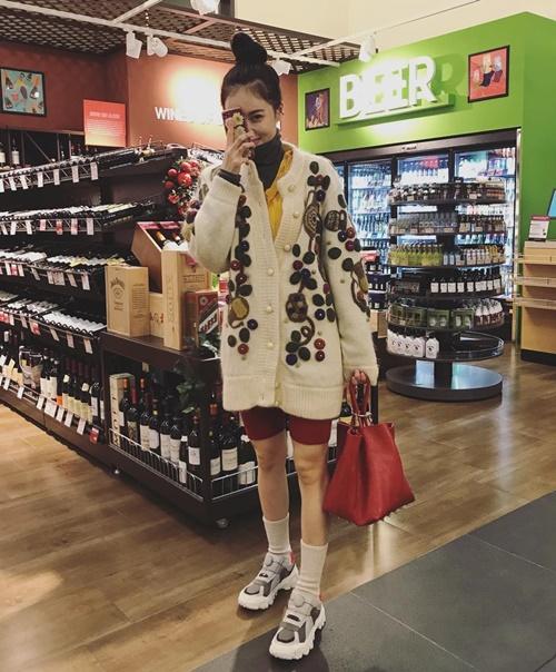 Hyun Ah mặc trên đông dưới hè đi shopping, lộ đôi chân gầy guộc.