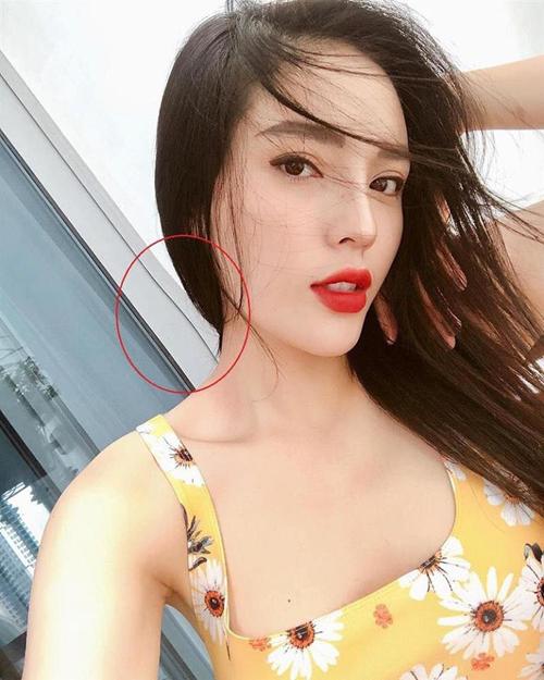 Đây không phải là lần đầu tiên người đẹp bị soi chỉnh sửa ảnh quá đà. Ở một bức selfie cách đây không lâu, Kỳ Duyên ham bóp mặt V-line đến mức méo cả khung cửa phía sau.