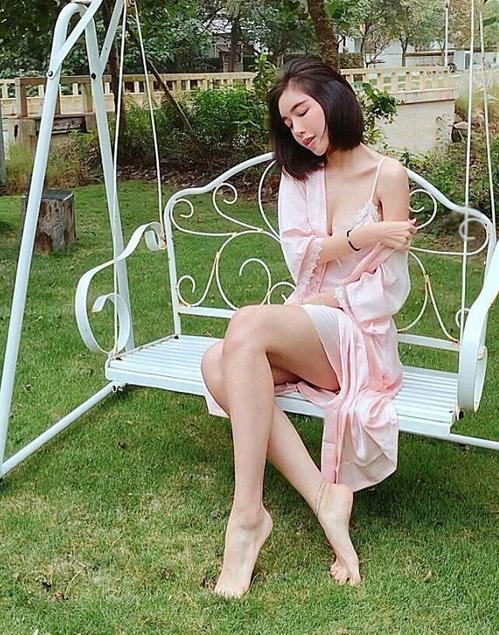 Diện kiểu pyjama lả lơi thế này, Elly Trần lúc ở nhà hay đi sự kiện cũng gợi cảm một chín, một mười.