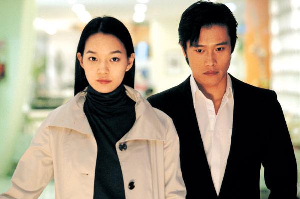 Nhờ vậy, Shin Min Ah đã có những vai diễn đầu tay trongNhững ngày tươi đẹp, Volcano High...Cô bắt đầu gây chú ý khi được chuyển lên đóng chính trong các phim Chiếc bánh tình yêu, Tình yêu bất diệt, Cuộc đời ngọt đắng. Giai đoạn những năm 2002 - 2003, Shin Min Ah là một trong những diễn viên trẻ triển vọng của Hàn.
