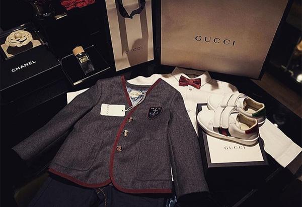 Cậu nhóc nhà Huyền Baby mới hơn 1 tuổi nhưng đã thường xuyên được mẹ cho mặc đồ đến từ nhiều nhà mốt danh tiếng như Gucci, Fendi, Balmain...